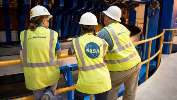 Technici z NASA a dalších zainteresovaných firem sledují průběh zkoušek