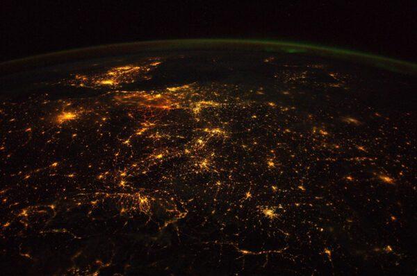 Poněkud smutná fotka pro amatérské i profesionální astronomy. Nadměrné světelné znečištění nad západní Evropou.