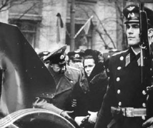 Leonov během pohřbu Gagarina utěšuje jeho manželku