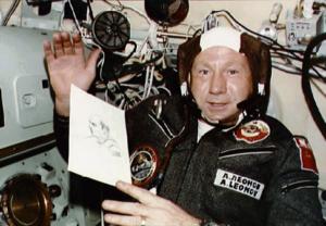 Leonov s portrétem Stafforda na palubě Sojuzu-19