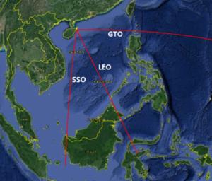 Umístění kosmodromu na ostrově Heinan a znázorněné směry raket startujících na různé oběžné dráhy.