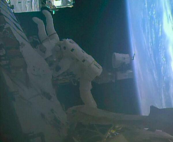 Oba astronauti během výstupu