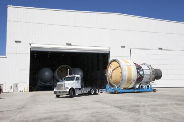 Mezitím je sestavována raketa Delta IV Heavy. Zde je připojován druhý stupeň rakety, který bude sloužit i jako servisní modul pro loď Orion na oběžné dráze