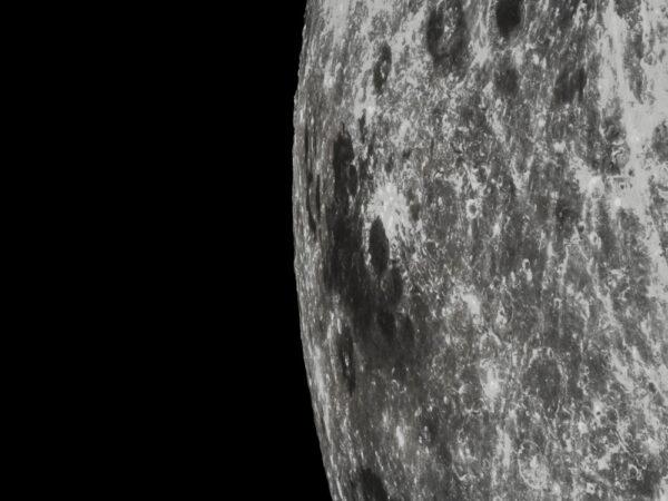 Detailní fotka z průletu kolem Měsíce pořízená 28.10.