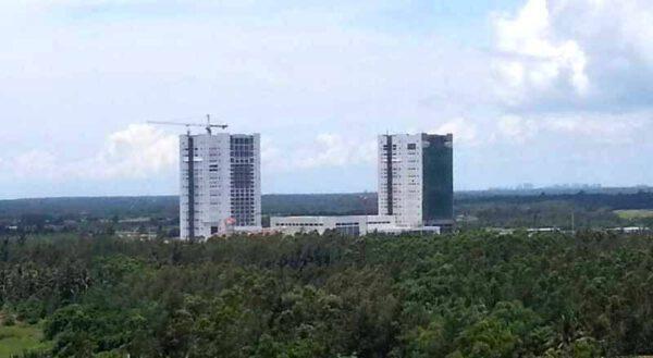 Dvojice budov VAB (vehicle assembly building) pro vertikální kompletaci raket.