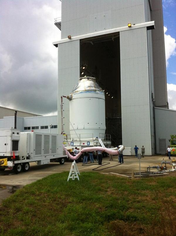 Na začátku týdne vyjíždí Orion z haly Payload Hazardous Servicing Facility, kde byl naplněn pohonnými látkami