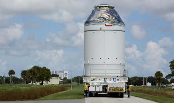 Orion se přesouvá do haly Launch Abort System Facility, kde bude k lodi připojena záchranná věžička LAS