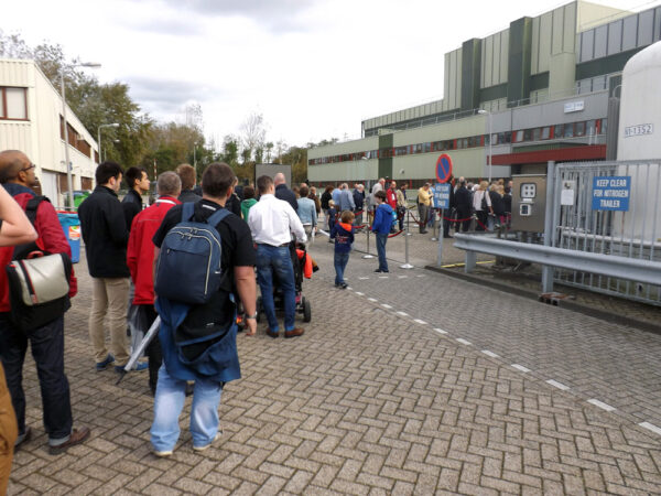 Fronta zájemců o návštěvu testovacích komor s vystaveným přeletovým stupněm Bepi-Colombo