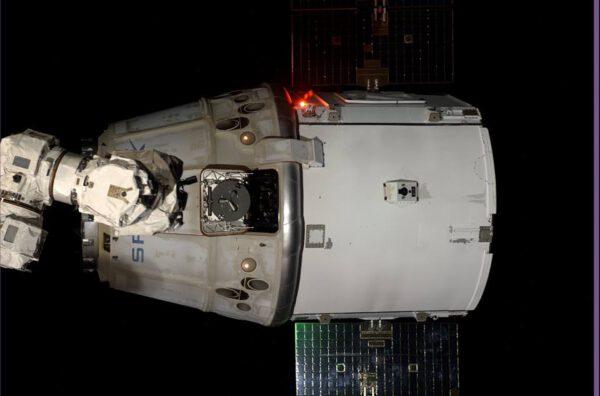 Dragon, který zrovna pustila robotická paže stanice
