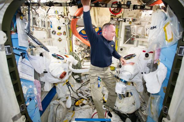 Barry Wilmore kontroluje skafandry před plánovanou EVA
