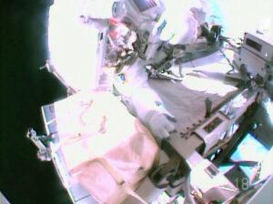 Snímek z Wilmorovy helmy zachycuje Wisemana při práci kolem SSU.