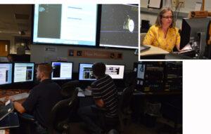 Letoví inženýři Mike Conner a Josh Albers (vlevo) v operačním centru mise NH čekají 29. 8. 2014 na potvrzení signálu, že sonda přešla do režimu hibernace. Vedoucí technických operací Alice Bowman (vpravo) kontroluje v tom čase telemetrii a komunikační kanál mezi sondou a stanicí DSN.