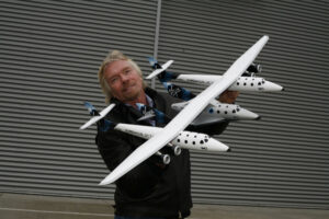 Sir Richard Branson a model systému WhiteKnightTwo/SpaceShipTwo.