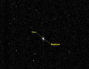 Snímek Neptunu a Tritonu zařízením LORRI z 10. 7. 2014 ze vzdálenosti 3,96 miliard km (26násobek vzdálenosti Země–Slunce). Expozice trvala 967 milisekund.