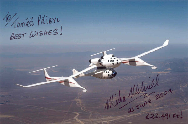 Fotografie letounu WhitKnightOne s raketoplánem SpaceShipOne a podpisem prvního astronauta Mike Melvilla, datem 21. června 2004 a dosaženou výškou 328491 stop.