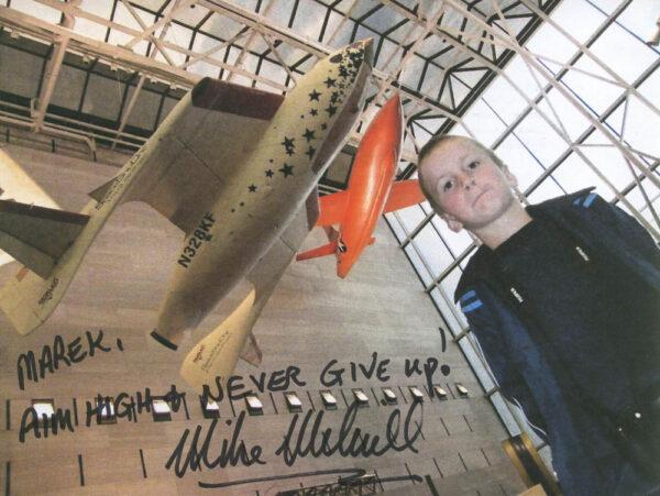 """""""Marku, miř vysoko a nikdy [se] nevzdávej!"""" – Věnování, které k raketoplánu SpaceShipOne v Národním muzeu letectví a kosmonautiky (Washington D.C.) připsal první astronaut Mike Melvill. Dnes platí pro Virgin Galactic: A nikdy se nevzdávej!"""