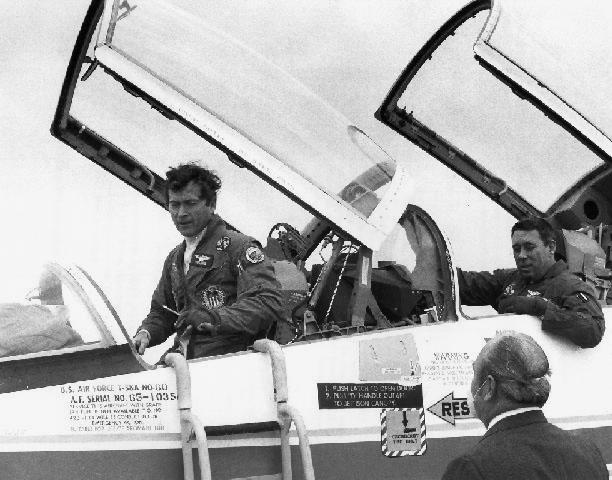 Oslavovaný i zatracovaný tandem Young-Abbey v kokpitu T-38