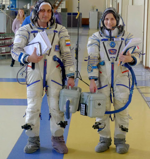 A máte hotovo! Pokud je teplo, můžete připojit ventilační trubici k přenosnému ventilátoru, abyste se udrželi v chladu předtím, než se připojíte k ventilačnímu systému Sojuzu (nebo mnohem častěji, k simulátoru Sojuzu).
