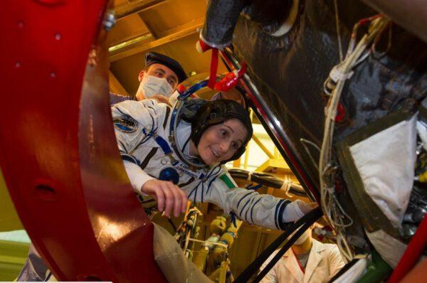 Natahuju se, abych vlezla do Sojuzu skrze boční poklop orbitálního modulu (sférické horní části).