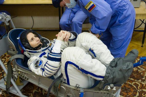 Díky té bíle bez jediné skvrnky můžete říci, že je to nový skafandr. Zkouška těsnosti se provádí ve standardním sedadle Sojuzu.
