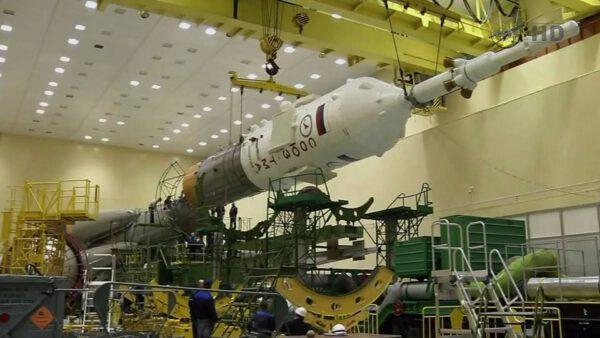 Kompletace rakety před startem