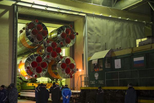 Vývoz Sojuzu z montážní haly začíná