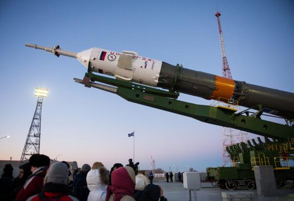 Hydraulické zvedáky začínají vztyčovat Sojuz