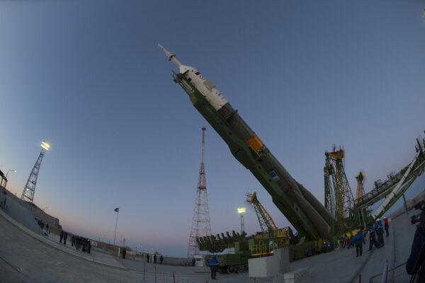 Vztyčování Sojuzu pohledem přes rybí oko.