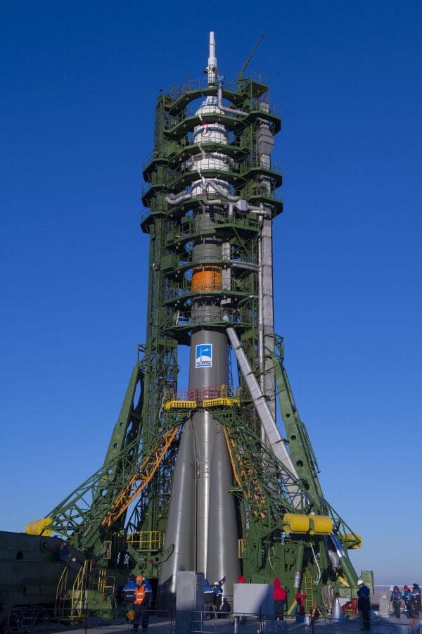 Raketu obemkly z obou stran obslužné věže s přístupovými rampami