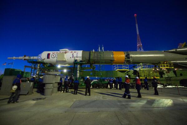 Raketa Sojuz před vztyčením do vertikální polohy.