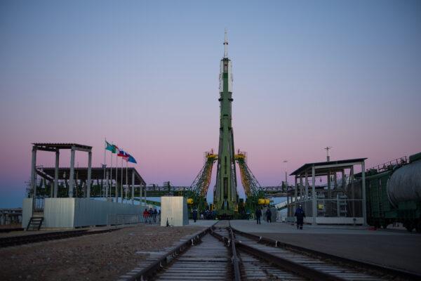 Pohled na raketu z kolejí, po kterých ji vlak přivezl