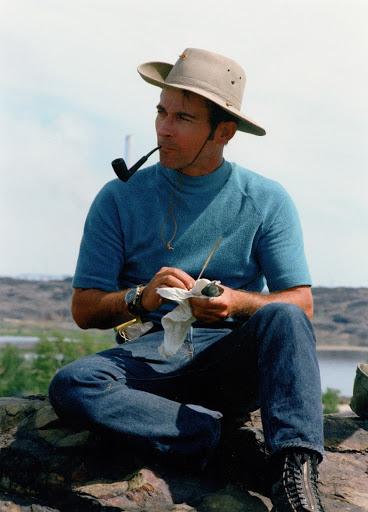 """John s nezbytnou dýmkou během jednoho z """"field trips"""""""