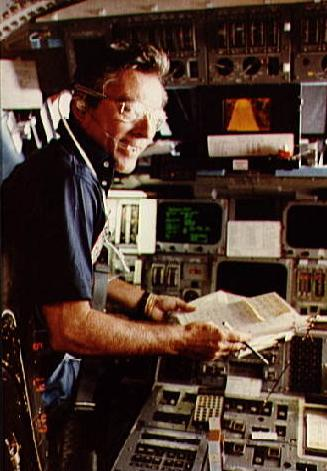 Young na letové palubě Columbie během mise STS-9