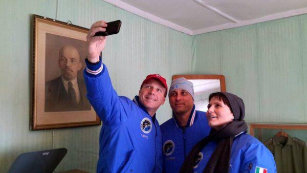 Společná fotka posádky v ložnici Jurije Gagarina. Pokoj sdílel spolu s jeho zálohou Germanem Titovem.