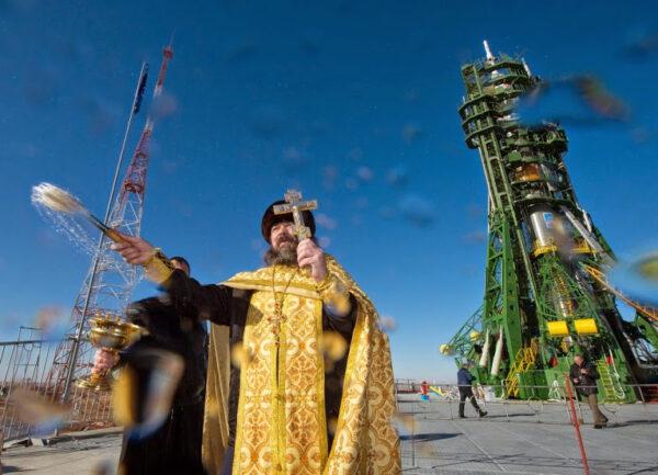 Zde je fotka tradičního žehnání raketě z dnešního rána.