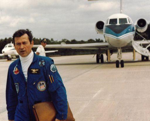 11. duben 1981 - Young odchází od letounu STA, aby se dozvěděl, že zítra letí na panenský let Columbie