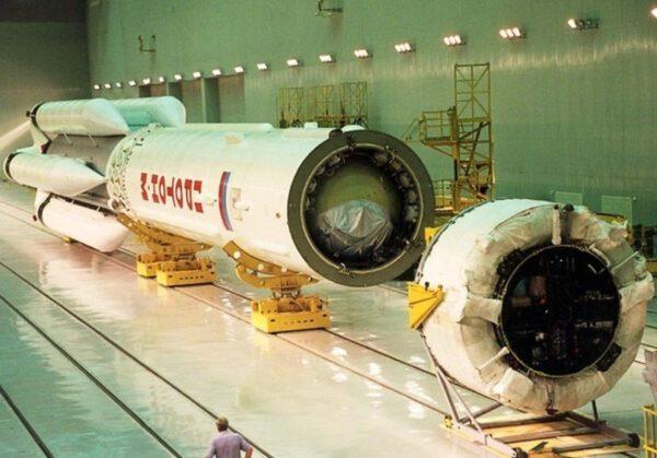 Horní stupeň Breeze-M (vpravo) během  připojování k raketě Proton