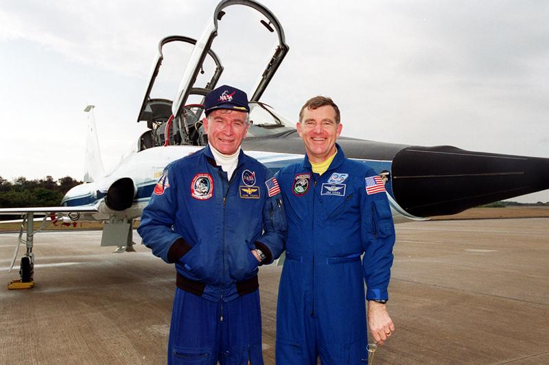 Young s astronautem Jimem Vossem u své lásky - letounu T-38