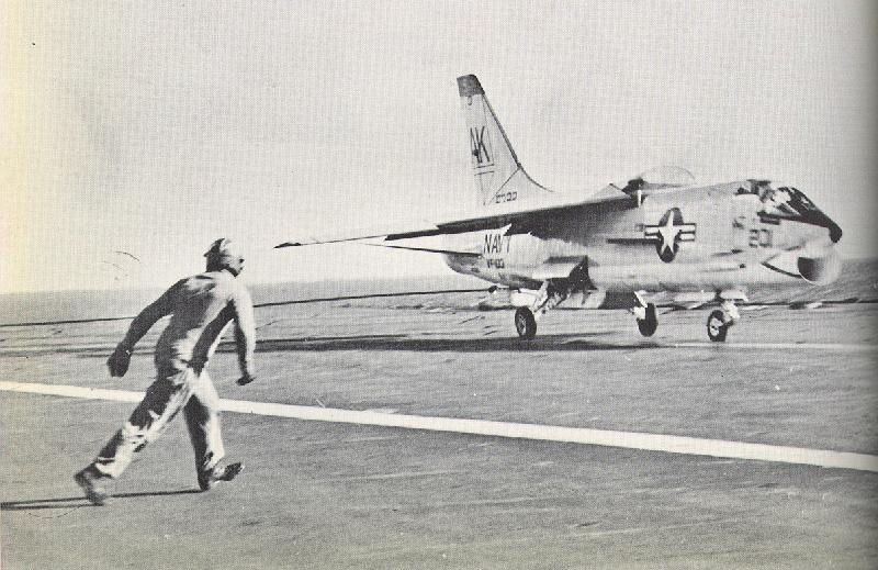 John Young přistává se svým Crusaderem na palubě USS Forrestal