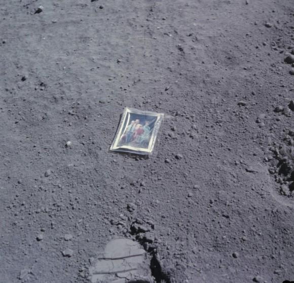 Charlie Duke nechal na povrchu fotografii své rodiny...