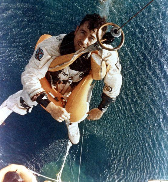 Young je po přistání vytahován na palubu vrtulníku