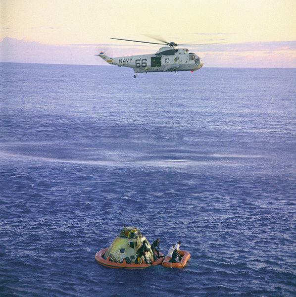 Posádka Apolla 10 opouští po přistání svou loď
