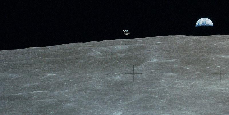 Místo, kam bychom se podle Johna Younga měli vrátit... (v pozadí Země a CSM Apolla 16)