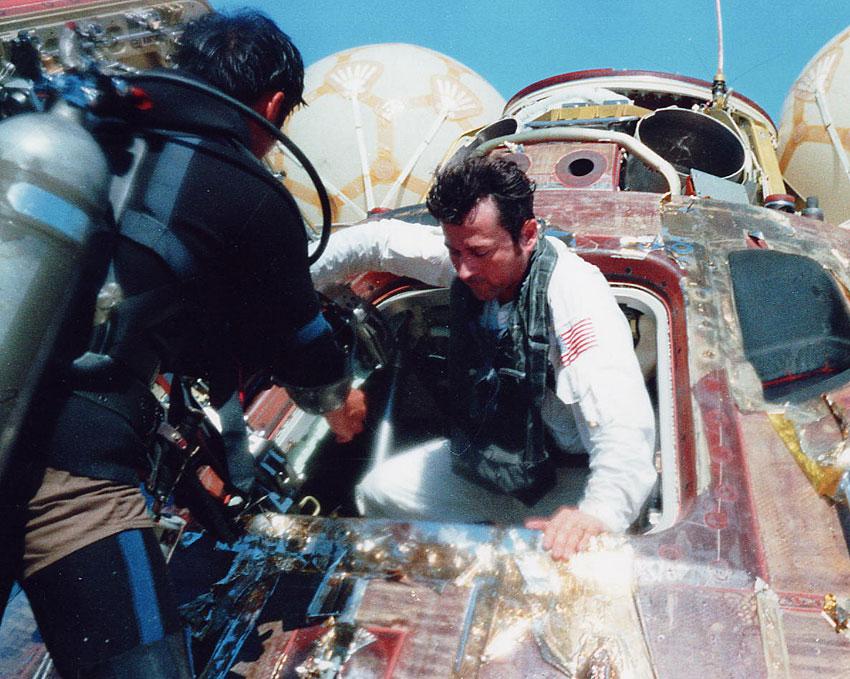 John opouští palubu Caspera po přistání