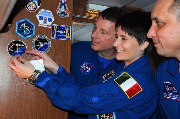 Druhou nálepku Futura spolu s nálepkami Expedice 42, Expedice 43 a naším logem Sojuzu jsme umístili v letadle hlavní posádky.