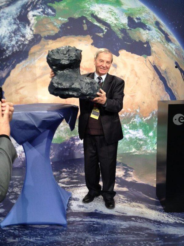 Klim Čurjumov s modelem své komety.
