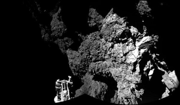 Mozaika dvou snímků z kamer CIVA ukazuje místo finálního přistání - v levém dolním rohu je vidět jedna ze tří nohou Philae.