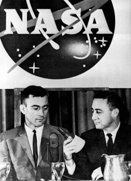 Posádka Gemini III během tiskové konference