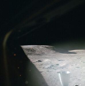 Pohled z okénka Orionu těsně po přistání