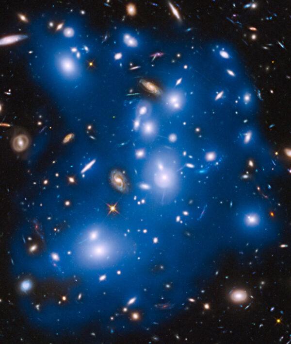 Jeden z komplexních snímků kupy Abell 2744 v rámci programu Frontier/Parallel Fields. Část viditelného světla (na tomto snímku tónovaného do modré barvy) pochází z osamocených hvězd bloudících kosmickým prostorem.